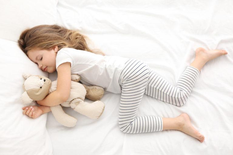 Meisje Slaapt Bed
